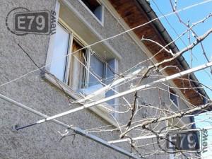 Счупени прозорци след ураганен вятър